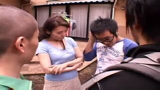 【熟女人妻】息子の友人がお母さんとこっそりH『慰めてあげる…』